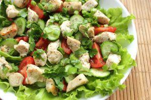 Салат куриный с овощами