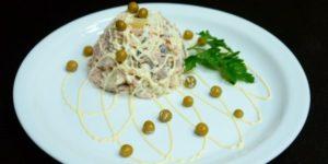 салат с курицей и кальмаром