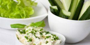 Салат с творожным сыром и зеленью