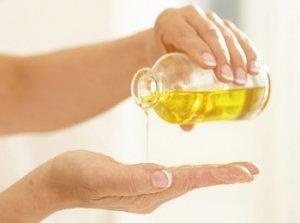 наливает масло на руки