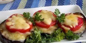 Жареные баклажаны с яйцом, помидорами и чесноком
