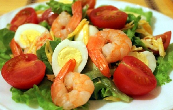 салат с яйцами и креветками